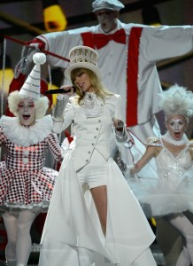 taylor-swift-grammys-2013-performance-watch-now-07