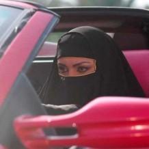 Женщинам в ОАЭ запретили краситься за рулем